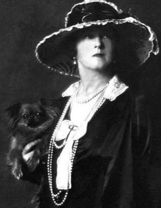 Lucy Christiana, Lady Duff Gordon(circa 1916 or earlier by Arnold Genthe) Photo:Public Domain (Arnold Genthe Collection,US Library of Congress digital id agc.7a15137)