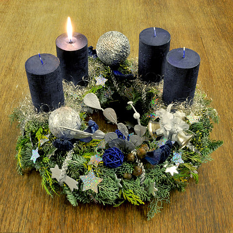 Advent Wreath (1st Sunday) Photo :Micha L. Rieser(Wikimedia)