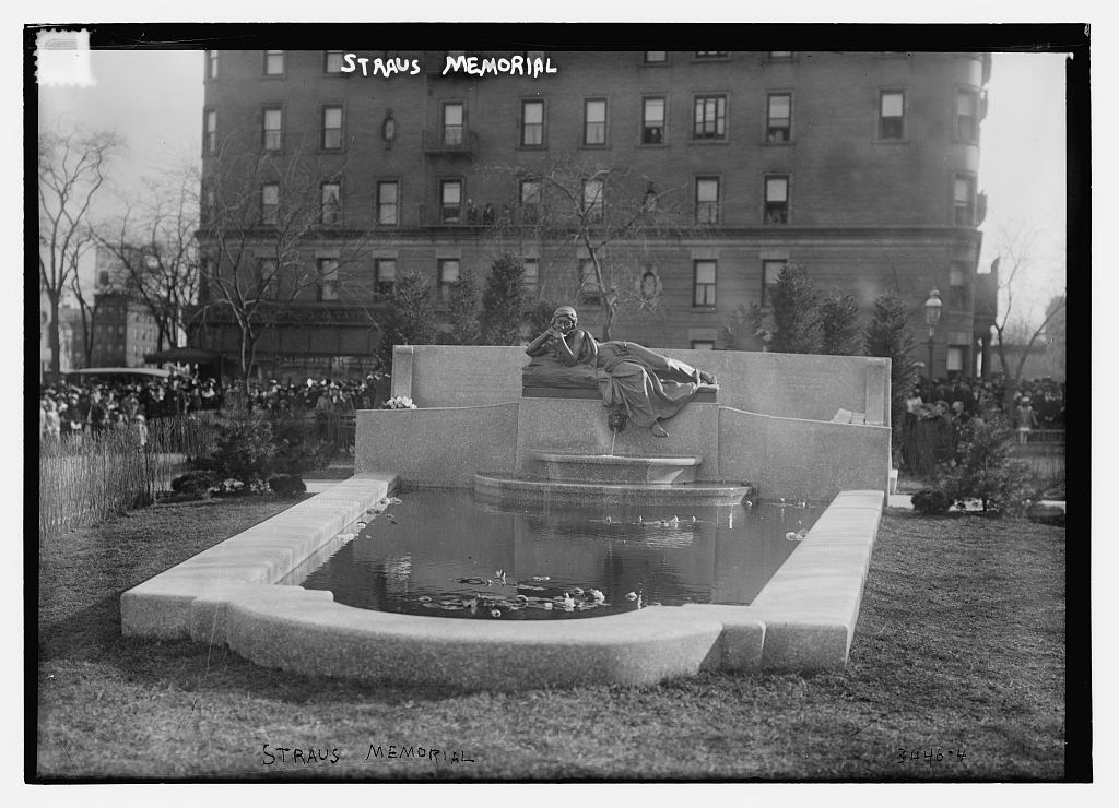 Straus Memorial Park, New York City, 1915. This memorial and park was dedicated on 15 April 1915. Photo:Public Domain (U.S. Library of Congress, Bain Collection,call number LC-B2- 3446-4)