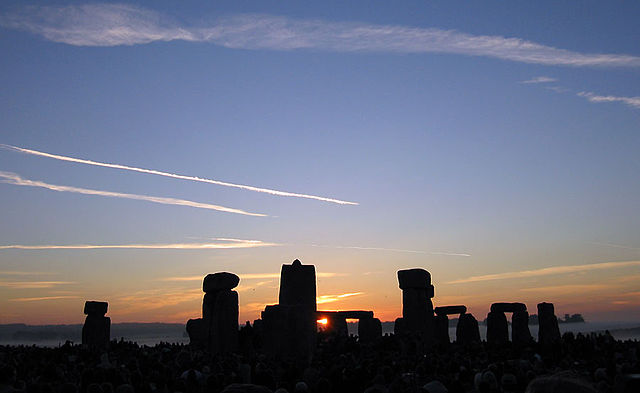 The sun rising over Stonehenge on summer solstice(2005) Photo:Andrew Dunn (Wikimedia)