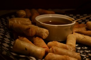 Vegetable spring rolls with dipping sauce. Photo: Public Domain (Wikipedia)