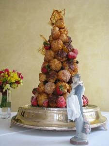 Croquembouch wedding cake Photo:Eric Baker(Wikipedia)